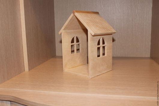Полочка декоративная `Домик`. Выполненная из фанеры 8 мм или 6 мм.  Размеры 130х130х210мм.