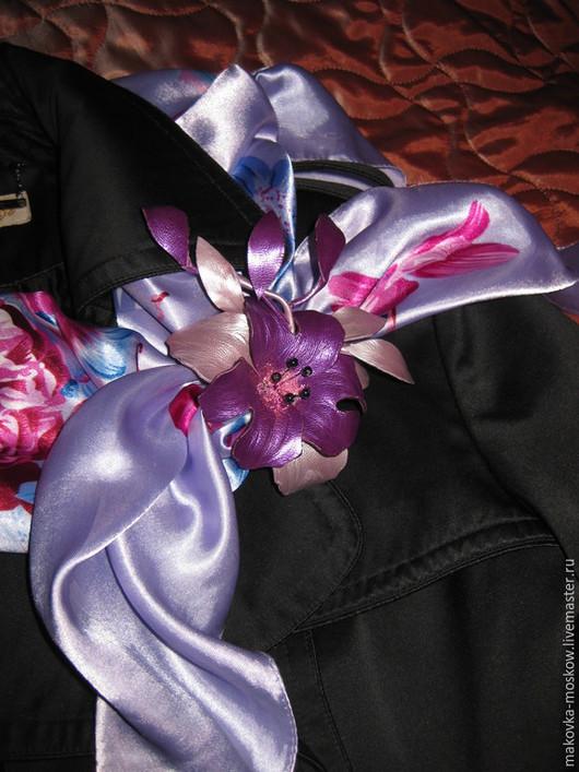 Броши ручной работы. Ярмарка Мастеров - ручная работа. Купить Оригинальный зажим для платка в виде цветка из кожи. Handmade. Фиолетовый