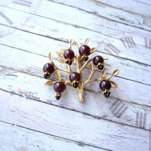 Мини-брошь `Pomegranate tree`. Брошь ручной работы с бусинами из натуральных камней, мини-брошь с гранатами. Брошка-деревце. Брошь гранатовое деревце. Lady`s Treasures. Ярмарка Мастеров.