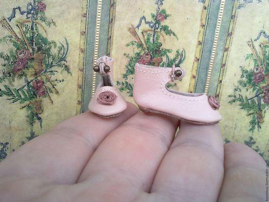 Одежда для кукол ручной работы. Ярмарка Мастеров - ручная работа. Купить Маленькие кожаные туфли для куклы с каблуком, длина 30 мм. Handmade.