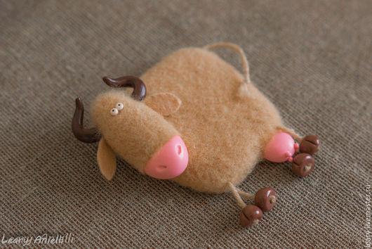 """Магниты ручной работы. Ярмарка Мастеров - ручная работа. Купить """"Корова песочная"""" валяный из шерсти магнит на холодильник.. Handmade. Бежевый"""