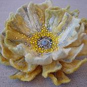 Украшения ручной работы. Ярмарка Мастеров - ручная работа Брошь-цветок валяная «Лимонное парфе», вышитая бисером и бусинами. Handmade.