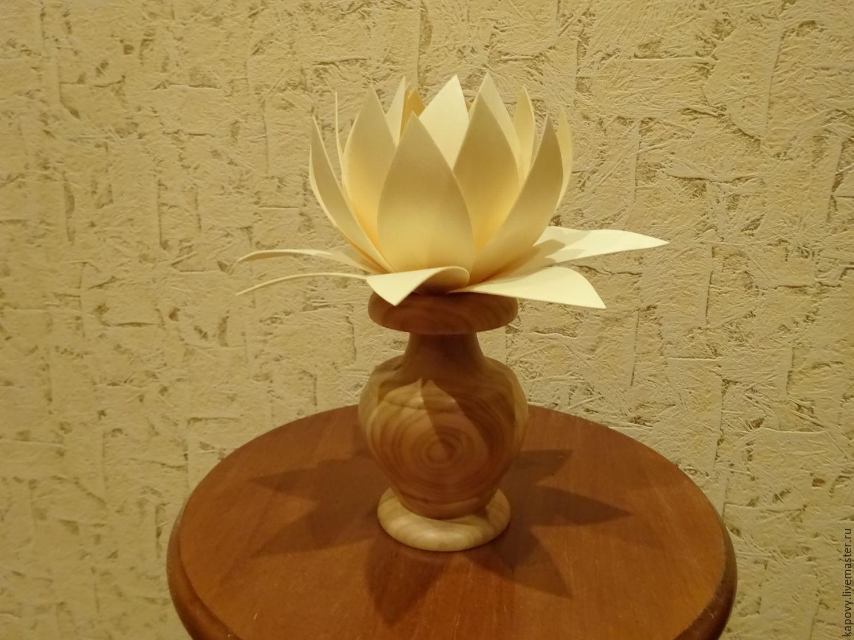 цветок в вазочке лотос
