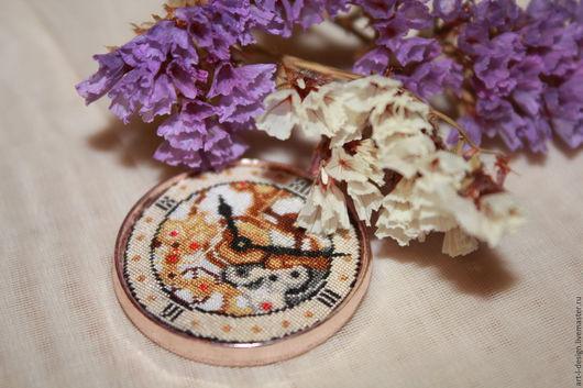 Кулоны, подвески ручной работы. Ярмарка Мастеров - ручная работа. Купить Кулон с микровышивкой «Старинные часы». Handmade. Часы, винтаж