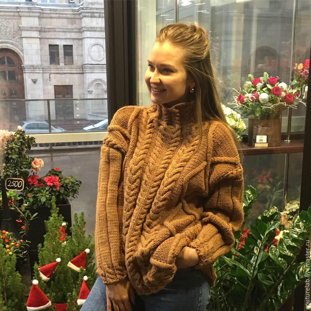 На фотографии коричневый свитер с косами