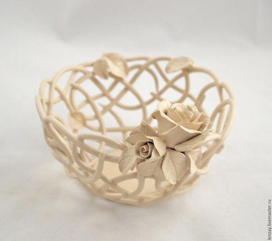 Ажурная керамическая конфетница `Кремовые розы`. Беложгущаяся глина, матовая прозрачная глазурь. Плетеная керамика и керамические цветы Елены Зайченко.