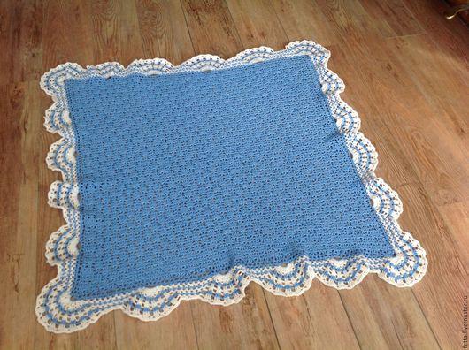 Плед для новорожденного.Связан крючком.Хопок с люрексом.Размеры 95/95 см. Цвет голубой с белым .Рисунок ажурный отделка кружевная.