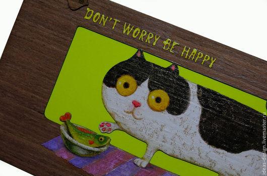 Деревянная открытка с милым толстым котиком `Don`t worry, be happy`.