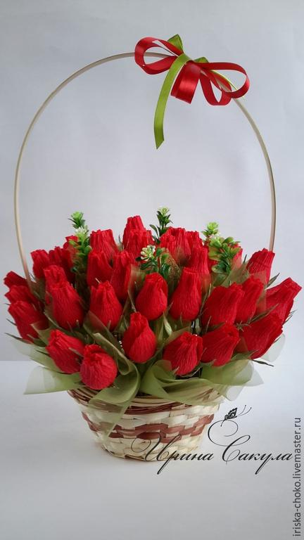 Букеты роз в корзинке из гофрированной бумаги с конфетами, роз ведре фото