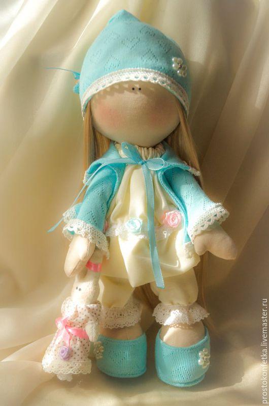 Кукла Соня, маленькая красавица, модница и кокетка из нашего дома, даже дома ходит в красивой кремовой пижамке с кружевами и бирюзовой кофточке. Очень любит своего  игрушечного  Зайку