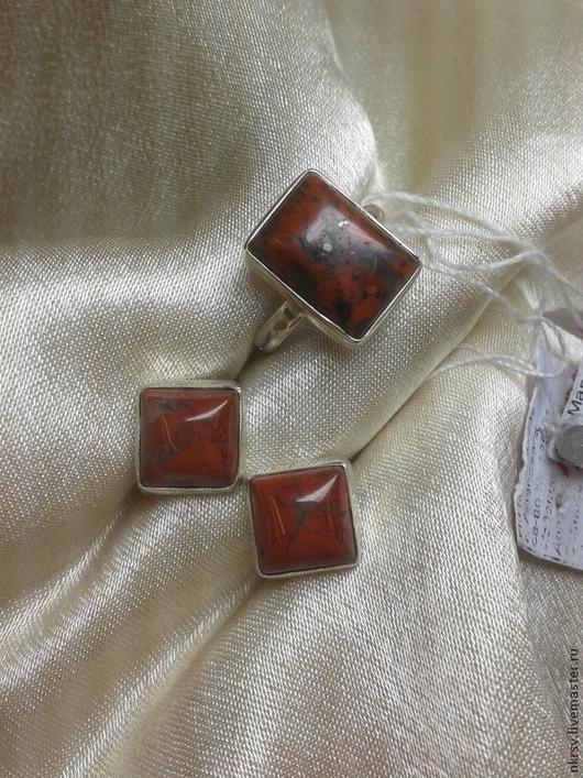 Комплект украшений из натуральной яшмы в серебре. Серьги и кольцо квадратиком. На серьгах английский замок. Размер камня в серьгах:10мм на 10мм Размер камня в кольце: 10мм на 14мм