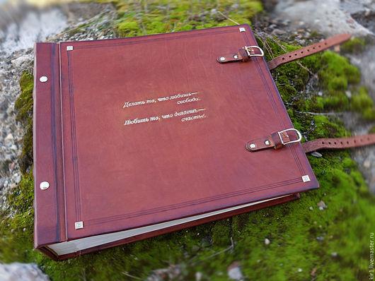 Альбом разработан в качестве свадебного подарка. По желанию заказчика на обложку фотоальбома нанесена значимая для него надпись.