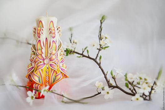 Резная свеча ручной работы. Подарок женщинам на 8 марта. Отличная идея для корпоративного подарка женщинам. Яркая и сочная гамма цветов дарит праздничное весеннее настроение.