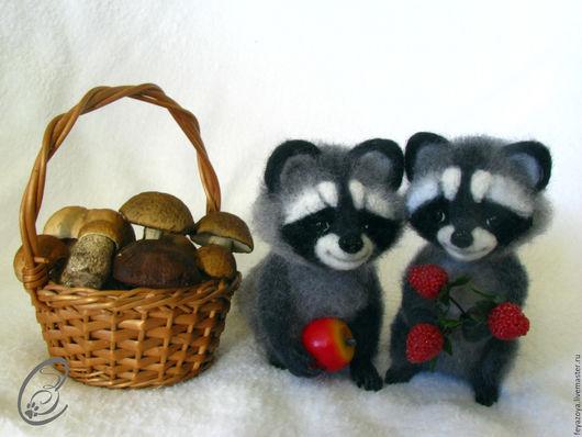 Игрушки животные, ручной работы. Ярмарка Мастеров - ручная работа. Купить Енотики, два братца с гостинцами, фигурки из шерсти. Handmade.
