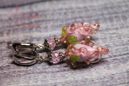 Серьги бутоны авторского стекла NBotezat с розовыми бутонами  муранского венецианского стекла на родированой фурнитуре английский замок. Купить кольцо в подарок девушке женщине