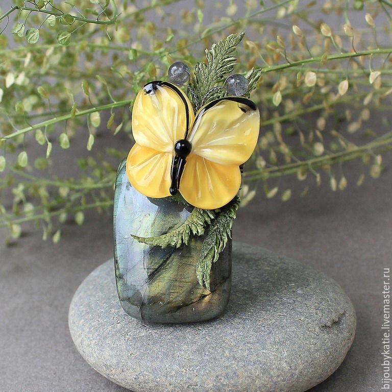 Кольцо с лабрадоритом и бабочкой лэмпворк в пароротнике Очень интересное кольцо с шикарным натуральным лабрадоритом.