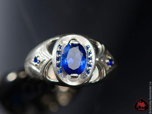 Красивое мужское кольцо с синими камнями появилось в нашей мастерской. Глубокий синий цвет идеально подходит для сдержанный и уверенных в себе мужчин.