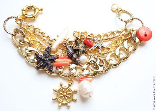 Стильный,очень эффектный, достаточно крупный браслет из трех цепей разных форм и размеров золотого цвета в морской тематике.