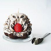 Подарки к праздникам ручной работы. Ярмарка Мастеров - ручная работа Резная свеча - коричневый бежевый малина - свеча пирожное - свеча. Handmade.