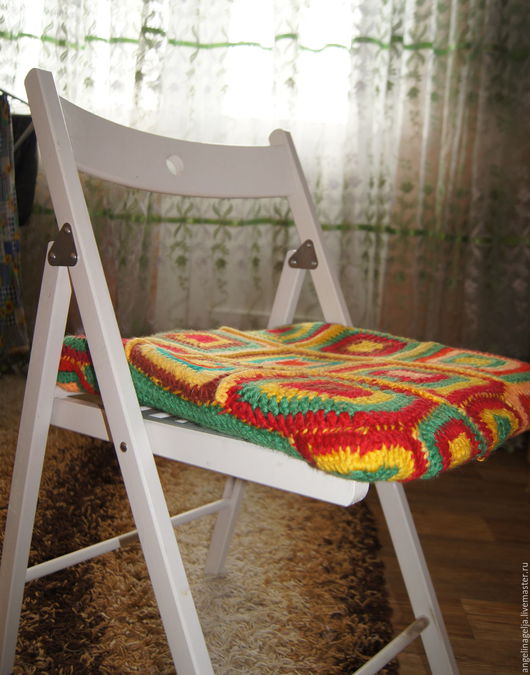 Подушка для стула. Выполнена из цветной натуральной пряжи. Цветные молитвы вязанные крючком. Внутри поролон. Подходит как для детей(вязала для своей дочери),так и для взрослых.