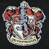 Подарки к праздникам ручной работы. Ярмарка Мастеров - ручная работа Эмблема Гриффиндора Гарри Поттер Хогвартс Машинная вышивка на заказ. Handmade.