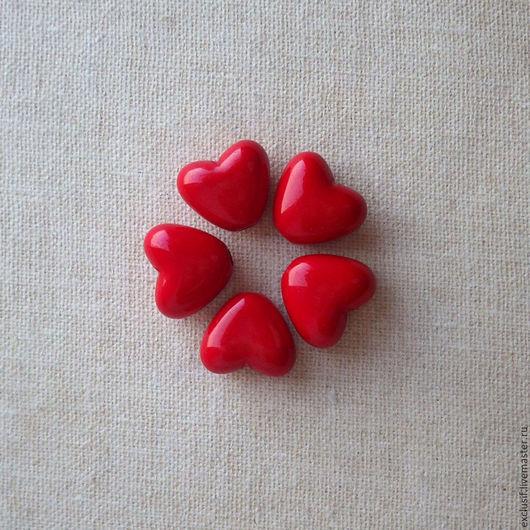 Акриловая бусина сердце. Размер бусины 1х0,8 см, толщина сердечка 0,6 см. Цвет сердца ярко-красный. Украшение на День Святого Валентина
