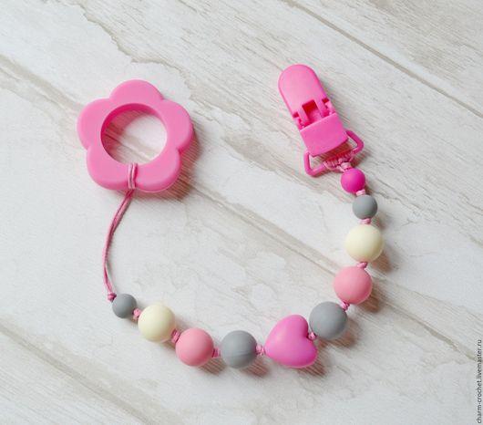 Развивающие игрушки ручной работы. Ярмарка Мастеров - ручная работа. Купить Прорезыватель грызунок и держатель для соски 2в1 розовый серый. Handmade.