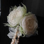 Свадебный салон ручной работы. Ярмарка Мастеров - ручная работа Белые цветы из ткани. Брошь булавка с двумя винтажными розами. Handmade.