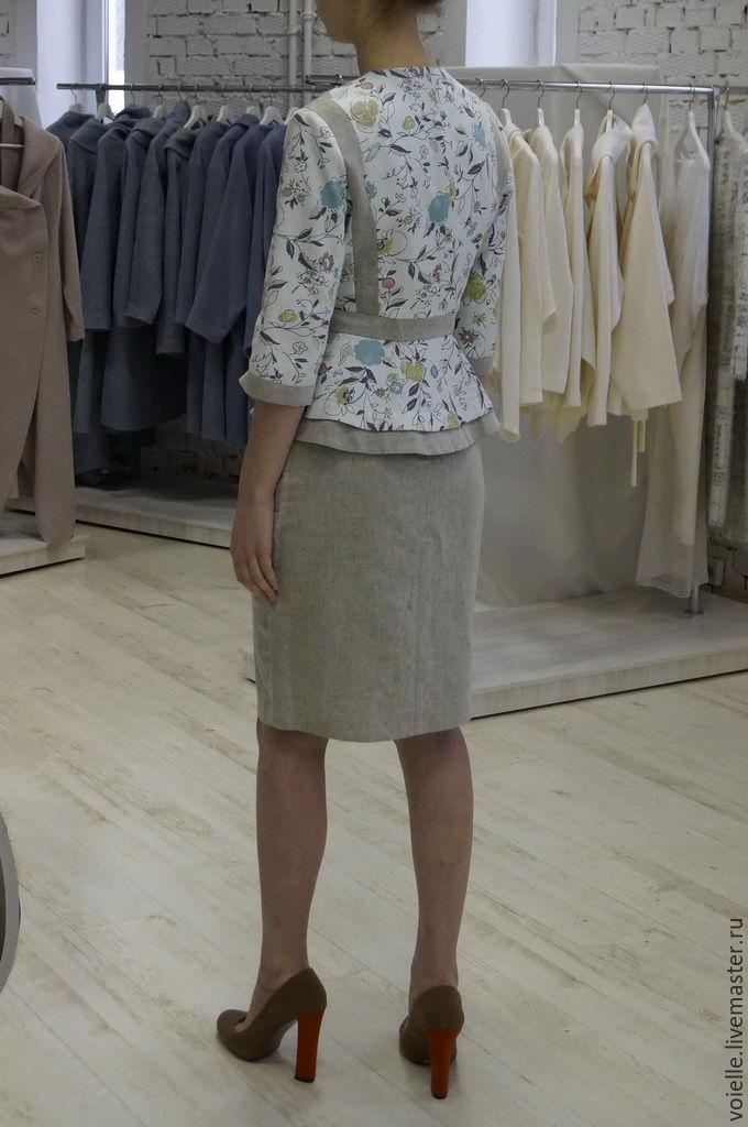 Светлый женский костюм