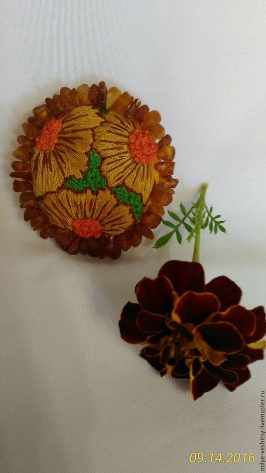 """Броши ручной работы. Ярмарка Мастеров - ручная работа. Купить Брошь вышитая """"Осенняя"""" с натуральным янтарем. Handmade. Рыжий"""