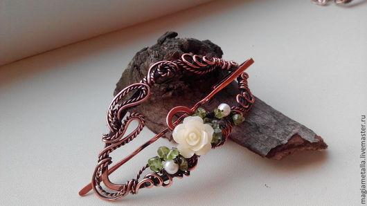 Брошь-заколка выполнена из меди, декорирована натуральным белым жемчугом, хризолитами и нежной белой розочкой(полимер). Модное, многофункциональное украшение.
