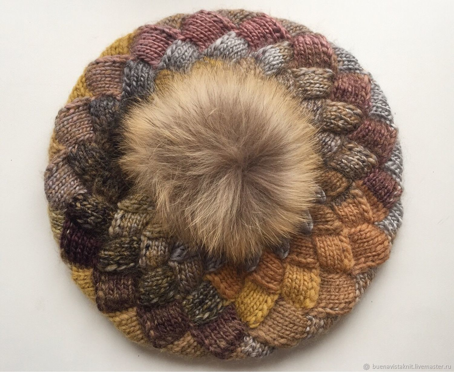 Voluminous knitted beret with pompon. Real fur. Interlock. Adventure