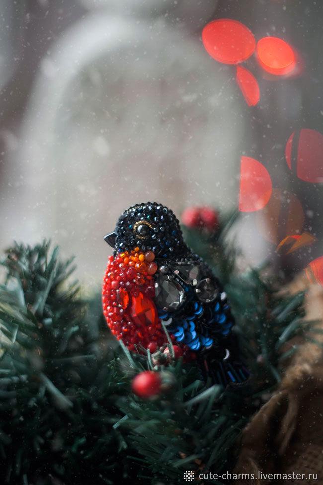 Крошка-снегирь. Вышитая брошь птичка. Кристаллы, бисер – купить на Ярмарке Мастеров – KDBRCRU | Брошь-булавка, Москва