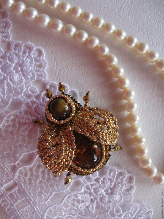 Брошь жук `Gold Insect` изготовлена из золотого японского бисера Delika 24k, Toho 24k. Основой броши является невероятной красоты янтарь насыщенного глубокого `чайного` цвета с золотыми вкраплениями.
