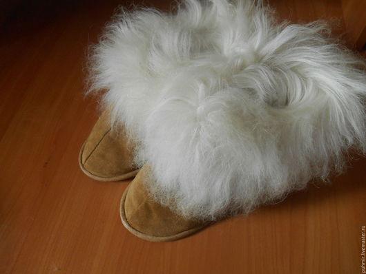 Тапочки-бурки шитые из выделанной овчиной шкурки.Очень теплые.Размеры от 36- до 44 размера Цвет :рыжий,серый,коричневый,черный,бордовый,отделка мех.Для больных ног незаменимая вещь на зиму.
