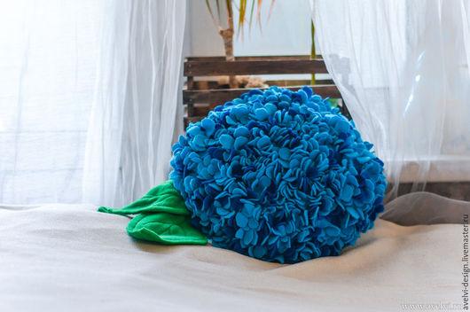 Подушка гортензия придаст вашему интерьеру летнюю атмосферу и послужит ярким элементом декора.