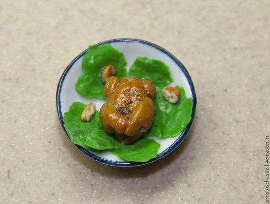Миниатюра еды 1:12 сделана из полимерной запекаемой глины Fimo. Курица-гриль на листиках салата.