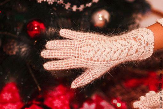 Пуховые ажурные перчатки - теплые, красивые, элегантные. Перчатки связаны крючком из белой пуховой пряжи ручного прядения. Ручкам  тепло, удобно и комфортно.. 750 руб.