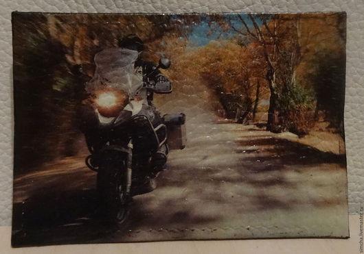 Обложки ручной работы. Ярмарка Мастеров - ручная работа. Купить Обложка для проездного или социальной карты кожаная. На мотоцикле. Handmade.
