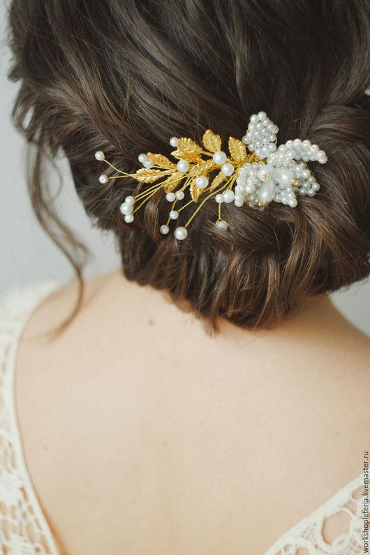 Свадебные украшения ручной работы. Ярмарка Мастеров - ручная работа. Купить Гребень с цветком из бусин и листьями. Handmade. Комбинированный