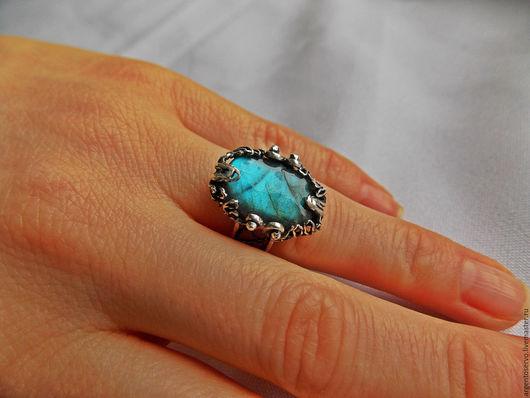 Кольцо `Таинственный космос` в серебре с лабрадорами,выполненный в технике филигрань.