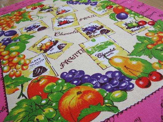 Полотенце `Фрукты в шоколаде`сшито из хлопкового полотна хорошей плотности и мягкости.Рисунок- купонный принт- фрукты и фрукты в шоколаде обрамлённые розовым кантом - всё вместе смотрится очень вкусно