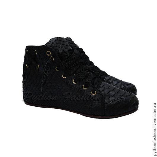 Дизайнерские стильные черные кеды из кожи питона. Красивая модная спортивная обувь из питона на каждый день. Женские кеды конверс из питона на заказ. Кроссовки из питона ручной работы. Мужские кеды.