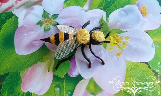 """Броши ручной работы. Ярмарка Мастеров - ручная работа. Купить Брошь из кожи  """"Уважаемая пчёлка"""". Handmade. Брошь из кожи купить"""
