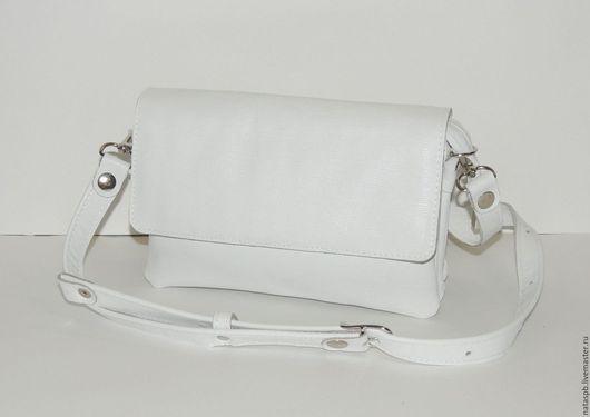 Благодаря множеству карманов и отделений Вам будет комфортно пользоваться сумочкой — каждому предмету - свое место.