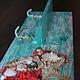 Панно-полка с крючками-вешалками выполнена из дерева хвойных пород. Очень удобна. На полочку вы можете поставить свечи, декорированные бутылочки, баночки, тюбики, косметику, шампуни и прочее прочее пр