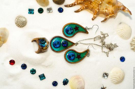 Комплект украшений для конкурса «Лето! Море! Острова!». Сделан из дерева, ювелирной смолы, в сочетании с кристаллами Swarovski и люминофором. Комплект состоит из кольца, сережек и кулона.