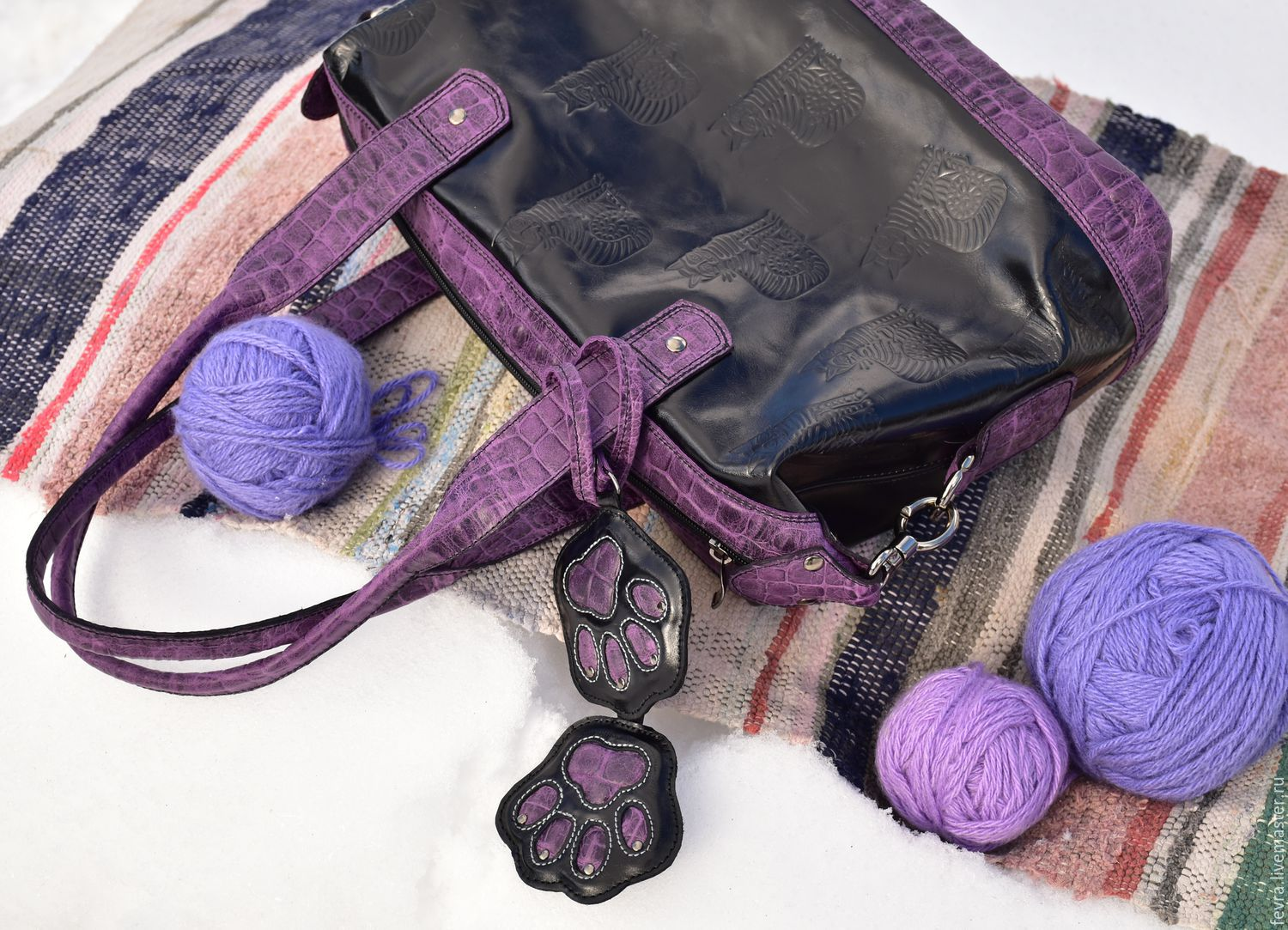 Black bag with purple and lilac trim was very harmonious. Key chains with a cat's paws make it fun and positive.