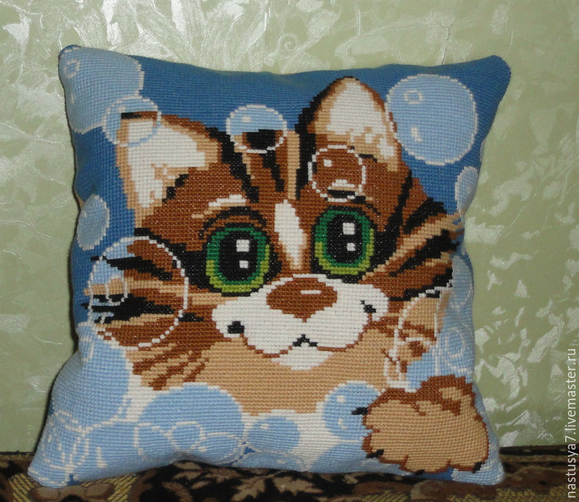 Вышивка крестом подушки кота
