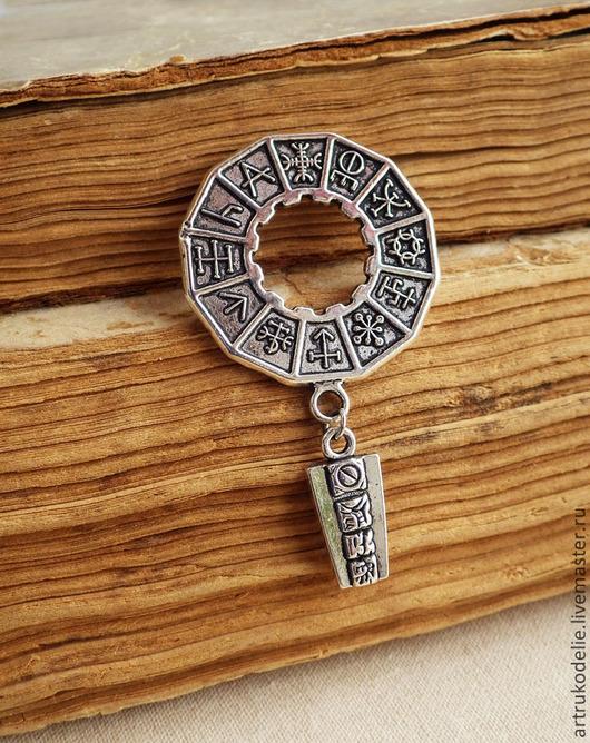 Брошь Письмена майя, календарь майя. Брошь выполнена из фурнитуры цвета античного серебра. Размер броши майя 5,8х3,3 см. Брошь Письмена майя - украшение унисекс, подойдет как мужчинам так и девушкам. Брошь майя можно приколоть на лацкан пиджака, сумку или шлевку джинсов.